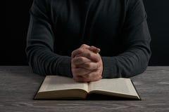 Het concept van de godsdienst Boek en kruis Royalty-vrije Stock Foto