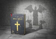 Het concept van de godsdienst Boek en kruis Bijbelkracht Bijbel gegoten schaduw in vorm van het bidden van engelen 3d vector illustratie
