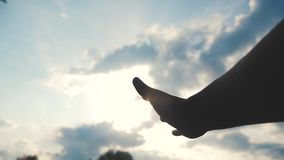 Het concept van de godsdiensthand op blauwe hemelachtergrond de rek van de mensenhand aan het geloof en de zaligheid van de godsl stock footage