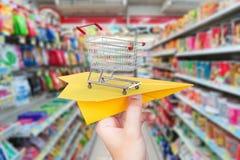 Het concept van de goederenlevering met document vliegtuigboodschappenwagentje in superma Royalty-vrije Stock Foto's