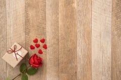 Het concept van de groetkaart het geven van heden en Valentine, verjaardag, de dag van de moeder en verjaardagsverrassing stock foto's