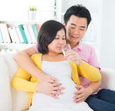 Zwanger vrouwen drinkwater Royalty-vrije Stock Foto