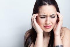 Het concept van de hoofdpijn - vrouw die aan een migraine lijdt Royalty-vrije Stock Foto's