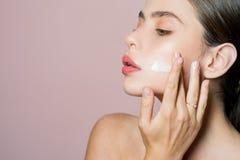 Het concept van de huidroom Gezichtszorg voor wijfje Houd huid gehydrateerde regelmatig bevochtigende room Vers gezond huidconcep stock afbeeldingen