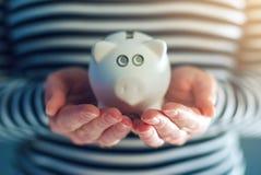 Het concept van de huisbegroting met piggy muntstukbank Royalty-vrije Stock Foto