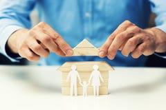het concept van de huishypotheek - de familie van de verkopershulp om nieuw huis te krijgen royalty-vrije stock afbeeldingen
