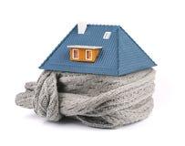 Het concept van de huisisolatie sjaal rond het huis stock foto