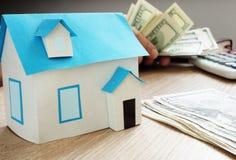 Het concept van de hypotheek Model van huis en dollars Onroerende goederenlening Royalty-vrije Stock Foto's