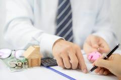 Het concept van de hypotheek Zet hier enkel uw handtekening! royalty-vrije stock afbeeldingen