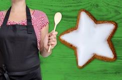 Het concept van de kaneelster wordt getoond door chef-kok Stock Fotografie