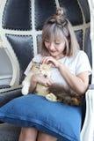 Het concept van de kattenminnaar Mooie Aziatische vrouwenzitting op de laag en het dragen van een kat op zijn hand met liefde Leu stock fotografie