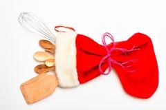 Het concept van de Kerstmisgift Keukentoebehoren of uitrusting van keukengerei in grote rode sok, witte achtergrond worden ingepa royalty-vrije stock afbeelding