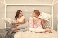 Het concept van de kinderjarenvriendschap Binnenlandse partij van meisjes de gelukkige beste vrienden sleepover Sleepovertijd voo stock foto