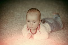 het concept van de kindontwikkeling De zuigeling kruipt op vloertapijt stock foto's