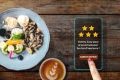 Het Concept van de klantenervaring Vrouw die Smartphone in Koffie of R gebruiken royalty-vrije stock foto