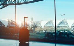 Het concept van de kofferluchthaven met vliegtuig stock afbeeldingen