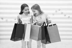 Het concept van de korting De greep van jonge geitjes leuke meisjes het winkelen zakken Het winkelen kortingsseizoen Samen doorbr stock foto's