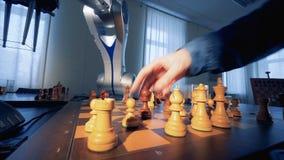 Het concept van de kunstmatige intelligentie Innovatief modern robotachtig wapen het spelen schaak met een mens 4K stock footage