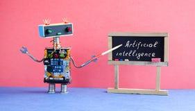 Het concept van de kunstmatige intelligentie De robotleraar verklaart moderne theorie Klaslokaalbinnenland met met de hand geschr stock foto's