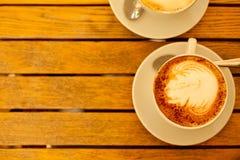 Het concept van de Lattekunst Twee koppen met cappuccino Royalty-vrije Stock Fotografie