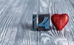 Het concept van de liefde Rood nam toe 14 Februari Lees stuk speelgoed hart clothespins ( Stock Afbeelding