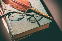 Het concept van de literatuur Uitstekend stilleven met glazen op oude boeken dichtbij veer of schacht Sluit omhoog royalty-vrije stock foto's