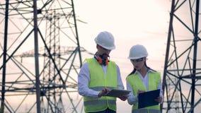 Het Concept van de machtsgeneratie Professionele elektroingenieur die dichtbij machtslijn met hoog voltage werken stock footage