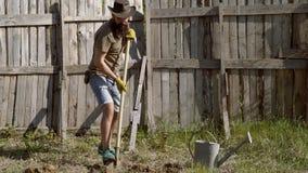 Het concept van de mensenlandbouwer Gelukkige landbouwer die pret op houten achtergrond heeft Het knappe gebaarde landbouwer werk stock videobeelden