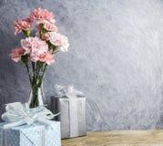 Het concept van de moedersdag roze anjerbloemen in duidelijke fles royalty-vrije stock afbeelding