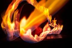 Het concept van de muziek Akoestische gitaar op een donkere achtergrond onder lichtstraal met rook met exemplaarruimte De gitaark royalty-vrije stock foto