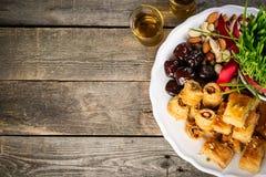 Het concept van de Nowruzvakantie - gras, baklavasnoepjes, noten en zaden stock fotografie