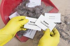 Het concept van de personeelsvermindering - Snijdende personeel en werknemer Job Reducti Stock Fotografie