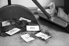 Het concept van de personeelsvermindering - Snijdende personeel en werknemer Job Reducti Stock Foto