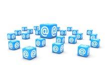 Het concept van de post een postbrief die @ heeft ondertekent op het Stock Afbeeldingen