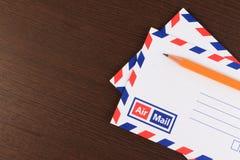 Het concept van de post met vele enveloppen op de lijst Stock Foto