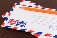 Het concept van de post met vele enveloppen op de lijst Royalty-vrije Stock Afbeeldingen