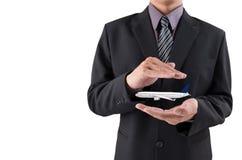 Het concept van de reisverzekering Verzekeringsagent met beschermende gestur royalty-vrije stock afbeelding