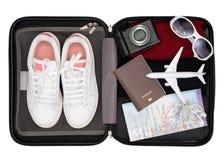 Het concept van de reiszak, bereidt toebehoren voor en reist punten op witte houten raad, Open reizigers` s zak met kleding, toeb royalty-vrije stock fotografie