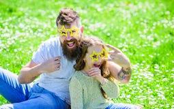 Het concept van de rotsster Kind en vader het stellen met ster gestalte gegeven de cabineattributen van de eyeglasesfoto bij weid royalty-vrije stock afbeelding