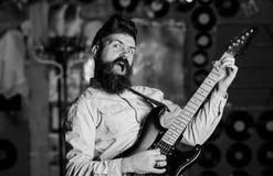 Het concept van de rotszanger Begaafde musicus, zanger Musicus met baard royalty-vrije stock fotografie