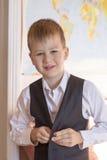 Het concept van de school De jongen gaat naar school Hij knoopte zijn vest dicht royalty-vrije stock fotografie
