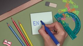 Het concept van de school De hand die van de vrouw het ENGELS op blocnote schrijven stock footage