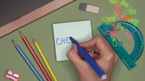 Het concept van de school De hand van de vrouw het schrijven CHEMIE op blocnote stock videobeelden