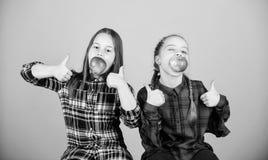 Het concept van de schoolsnack Tienerjaren met gezonde snack Vrolijke jonge geitjes die pret hebben en appelen eten Wij zijn op g stock fotografie