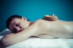 Het concept van de schoonheidsbehandeling. Masseur die massage op vrouwenlichaam binnen doet Royalty-vrije Stock Afbeelding