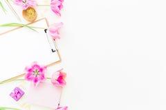 Het concept van de schoonheidsblog Freelancer of blogger werkruimte met klembord, notitieboekje, roze tulpen en toebehoren op wit Royalty-vrije Stock Fotografie