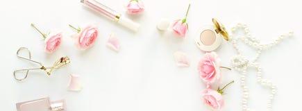 Het concept van de schoonheidsblog Vrouwelijk maak omhoog toebehoren en rozen royalty-vrije stock afbeeldingen