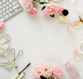 Het concept van de schoonheidsblog Vrouwelijk maak omhoog toebehoren en rozen royalty-vrije stock afbeelding