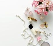 Het concept van de schoonheidsblog Vrouwelijk maak omhoog toebehoren en rozen stock afbeeldingen