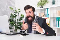 Het concept van de spanningsweerstand Manager het ontspannen met favoriete muziek en kopkoffie Regelmatige ochtend in bureau moti stock foto's